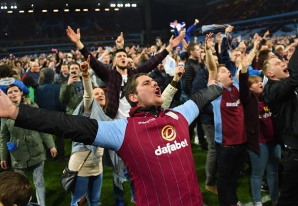 Supporter Invasi Lapangan, Aston Villa Meminta Maaf